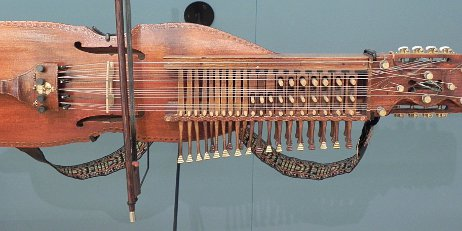 Swedish violin with three rows of keys instead of free fingering